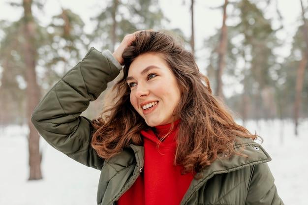 Mulher sorridente em close-up ao ar livre
