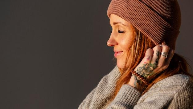 Mulher sorridente em close-up com tatuagem