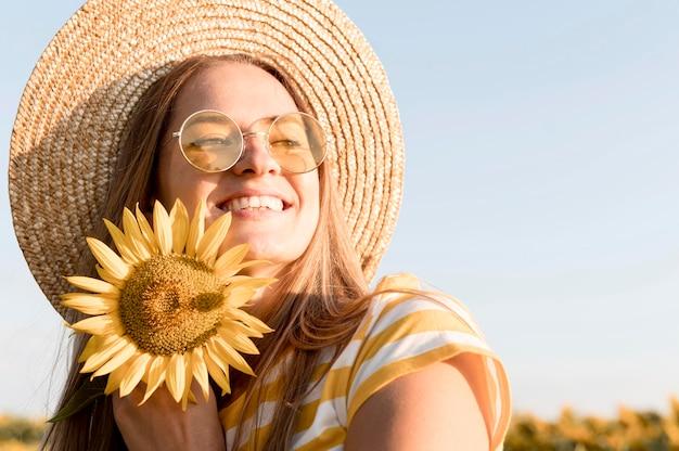 Mulher sorridente em close-up curtindo a natureza