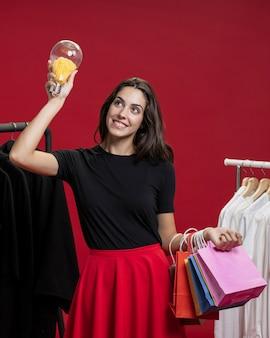 Mulher sorridente em compras, olhando para cima
