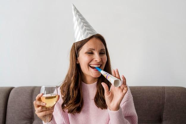 Mulher sorridente em quarentena comemorando aniversário