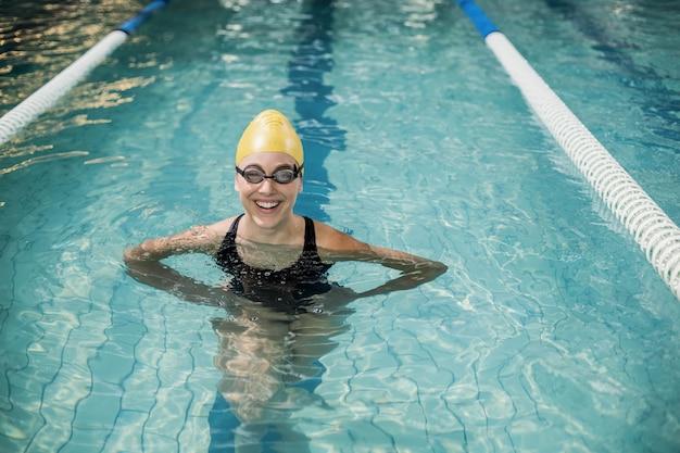 Mulher sorridente, em, swimsuit, em, a, piscina