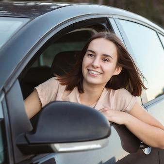 Mulher sorridente em tiro médio no carro
