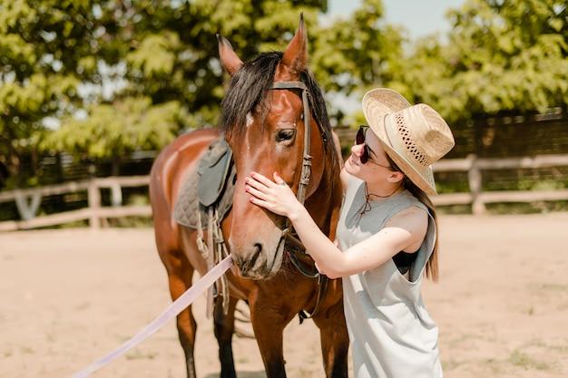 Mulher sorridente, em, um, campo, com, um, cavalo marrom