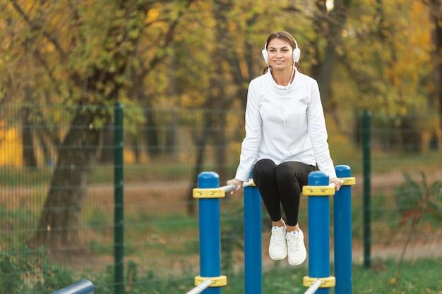 Mulher sorridente, escutar música Foto gratuita