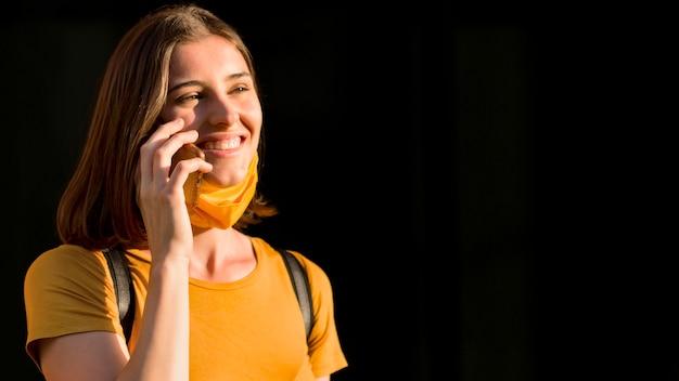 Mulher sorridente, falando ao telefone