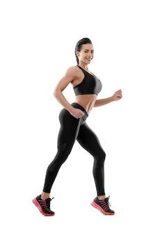 Mulher sorridente fazendo exercícios.