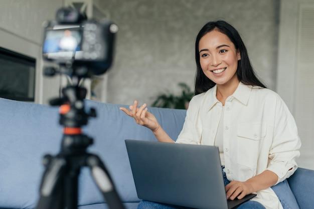 Mulher sorridente fazendo um vlog