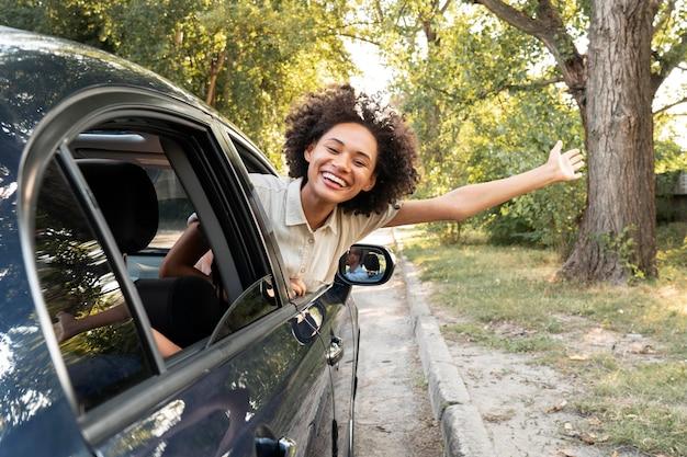 Mulher sorridente feliz em um carro