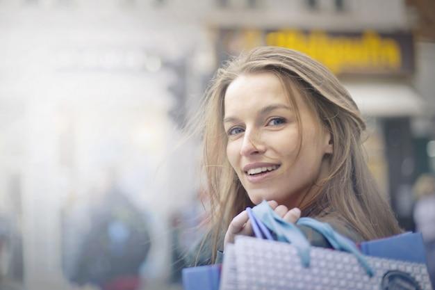 Mulher sorridente feliz na cidade
