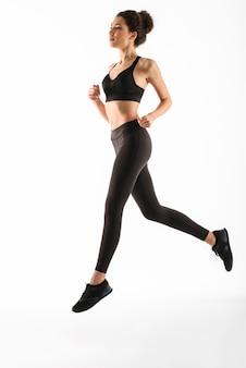 Mulher sorridente fitness correndo