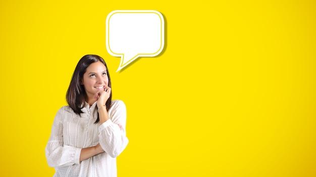Mulher sorridente imagina algo agradável dentro de um balão de texto