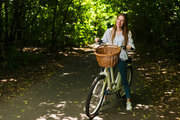 Mulher sorridente, ligado, dela, bicicleta