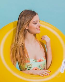 Mulher sorridente, ligado, praia, com, lifesaver