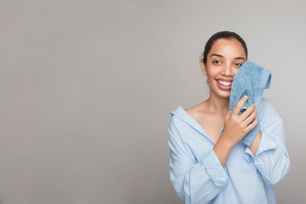 Mulher sorridente limpando o rosto e copiando espaço