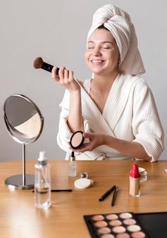 Mulher sorridente maquiagem