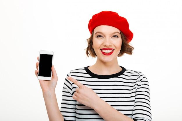Mulher sorridente, mostrando a tela do telefone móvel