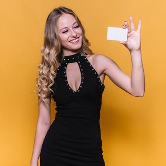 Mulher sorridente, mostrando, cartão desconto
