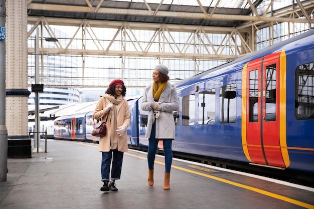 Mulher sorridente na estação de trem