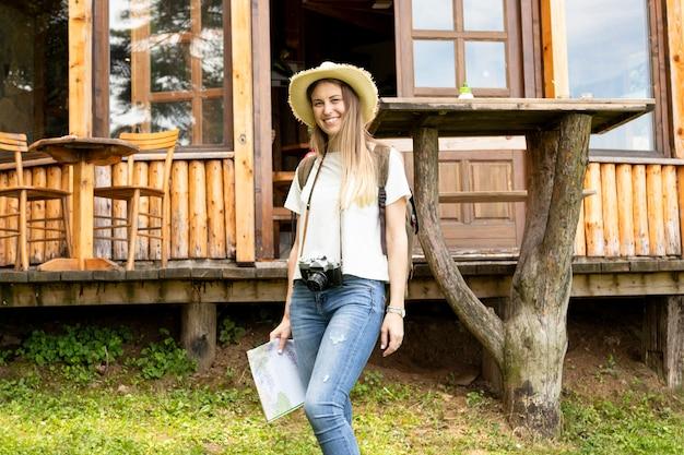 Mulher sorridente na frente de uma casa moderna