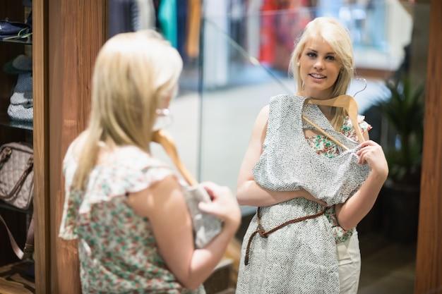 Mulher sorridente na frente do espelho