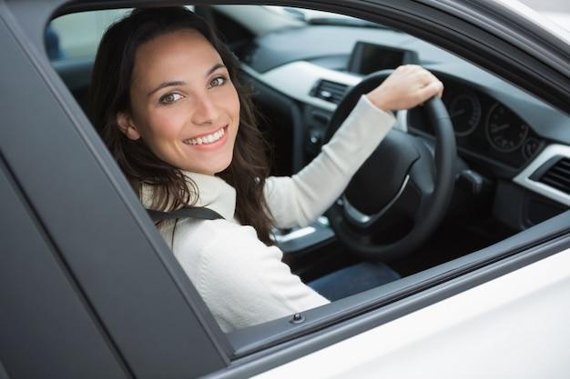 Mulher sorridente no assento dos motoristas