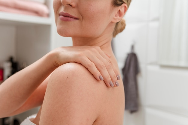 Mulher sorridente no banheiro
