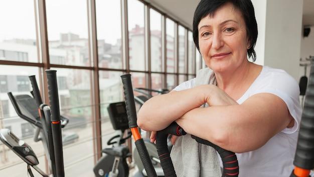Mulher sorridente no ginásio