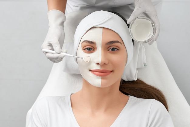 Mulher sorridente no salão de beleza fazendo procedimento especial