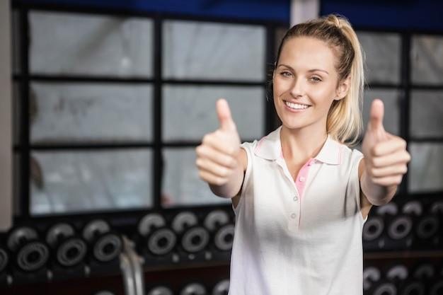 Mulher sorridente no sportswear no ginásio