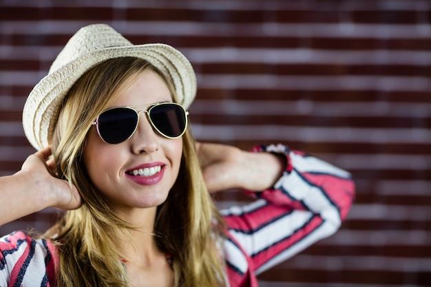 Mulher sorridente, óculos sol, enquanto, esticar-se