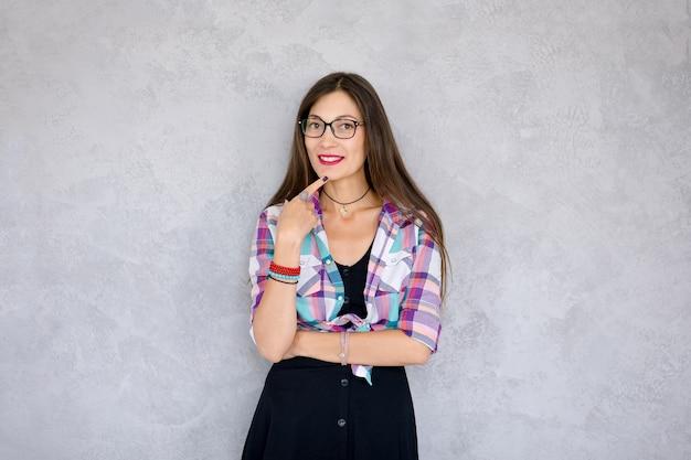 Mulher sorridente, óculos
