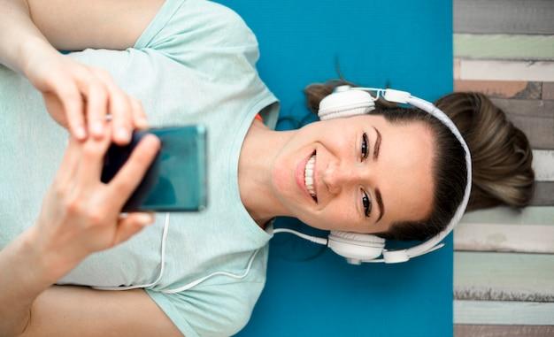 Mulher sorridente, ouvindo música enquanto trabalhava