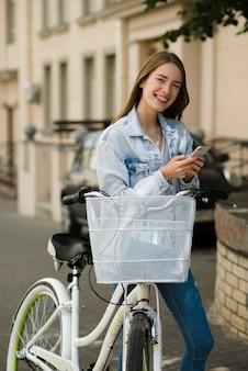 Mulher sorridente, perto, dela, bicicleta