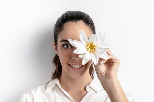 Mulher sorridente posando com flor