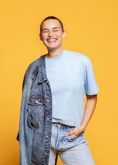 Mulher sorridente posando com jaqueta jeans