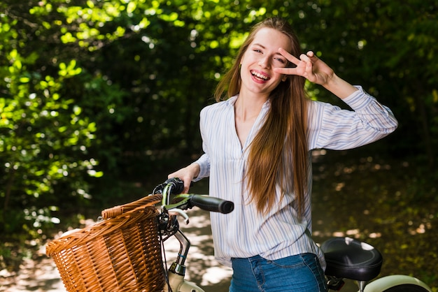 Mulher sorridente, posar, ligado, dela, bicicleta
