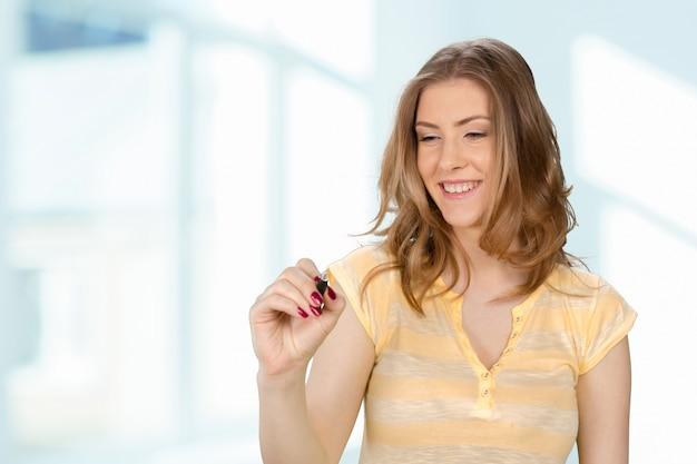 Mulher sorridente, pressionando a tela sensível ao toque