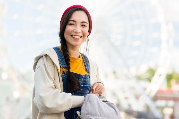 Mulher sorridente retrato com mochila