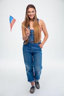 Mulher sorridente segurando bandeira dos eua
