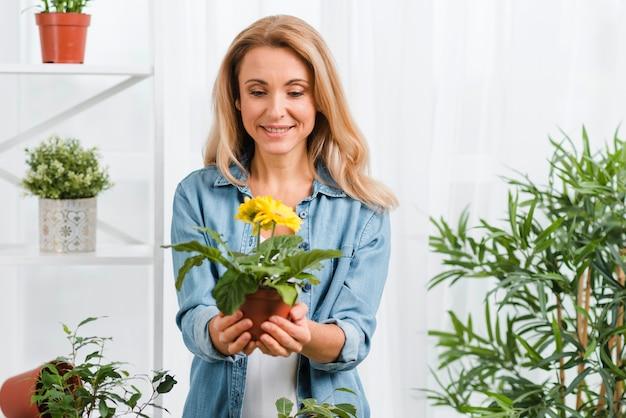 Mulher sorridente segurando flores