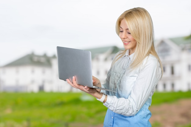 Mulher sorridente, segurando, laptop