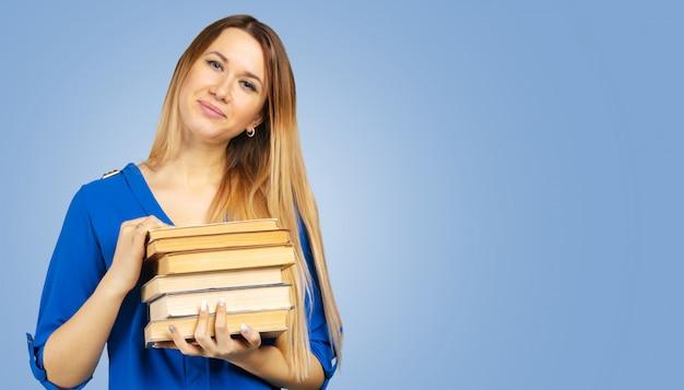 Mulher sorridente, segurando, livro, pilha