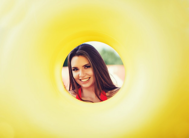 Mulher sorridente segurando o círculo inflável