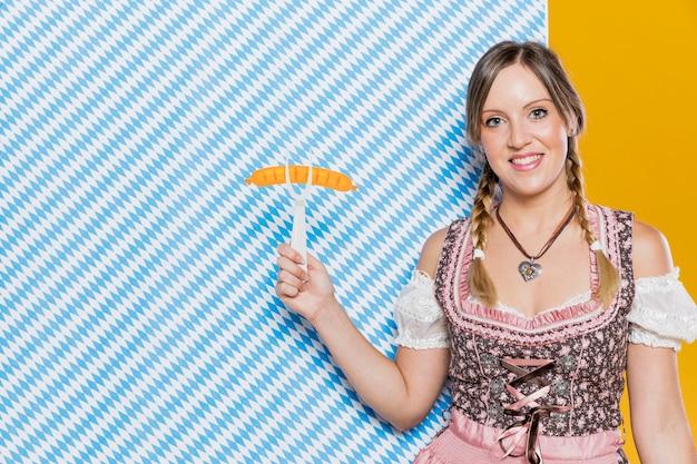 Mulher sorridente segurando o garfo de plástico