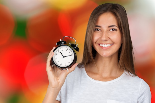 Mulher sorridente, segurando, relógio alarme