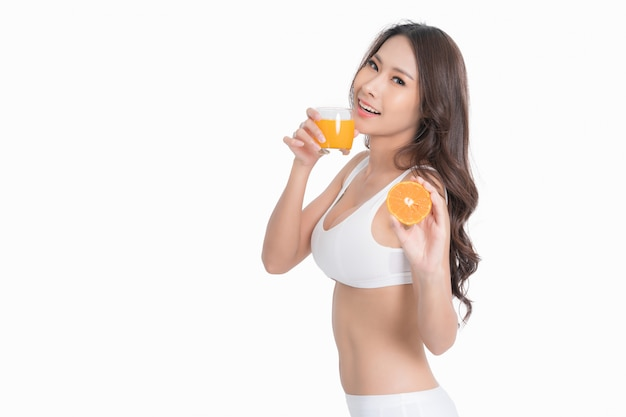 Mulher sorridente, segurando, suco laranja, e, fruta