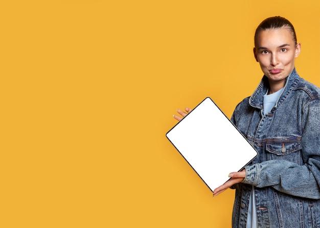 Mulher sorridente segurando tablet com espaço de cópia