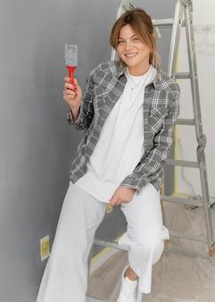 Mulher sorridente sentada na escada