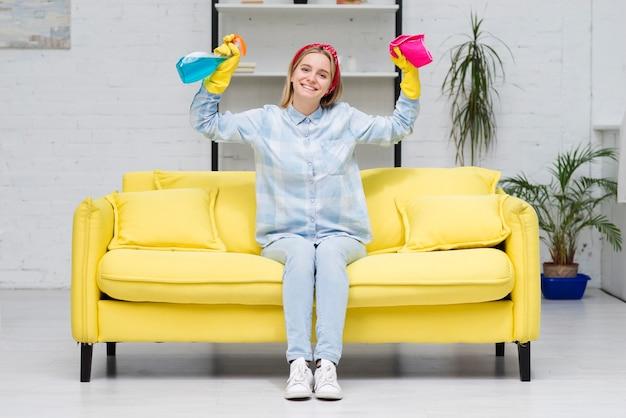 Mulher sorridente, sentada no sofá